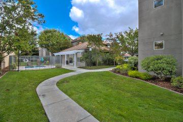 Warburton Village Apartments Outdoor Courtyard Lawn & Hot Tub Jacuzzi
